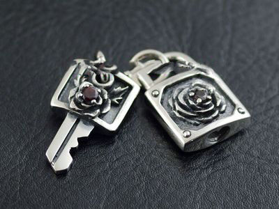 Japan import, 925 Sterling Silver key and little lock couple pendant